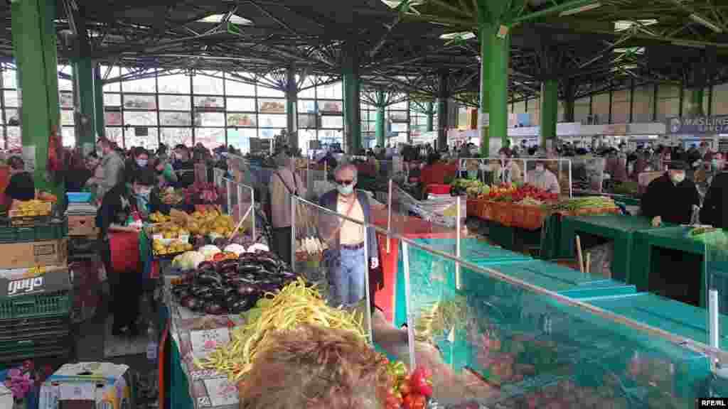 Administratorii piețelor nu înțeleg de ce Guvernul a considerat că piețele sunt un pericol de Covid-19, însă restul supermarketurilor și magazinelor nu.