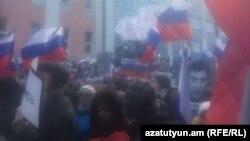 Pamje nga marshi protestues në njëvjetorin e vrasjes së politikanit opozitar Boris Nemts