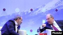 Премьер-министр Армении Никол Пашинян и президент Армении Армен Саркисян принимают участие в Summit of Minds в Дилижане, 8 июня 2019 г.