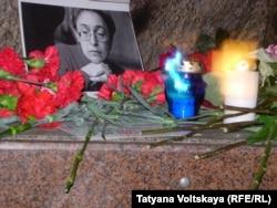 Акция памяти Анны Политковской в Петербурге 7 октября 2015 года