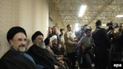 محمد خاتمی در کنار شماری از اعضای مجمع روحانیون مبارز