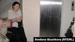 Выселенная из квартиры Умит Нуртазина сидит у лифта. Астана, 28 марта 2013 года.