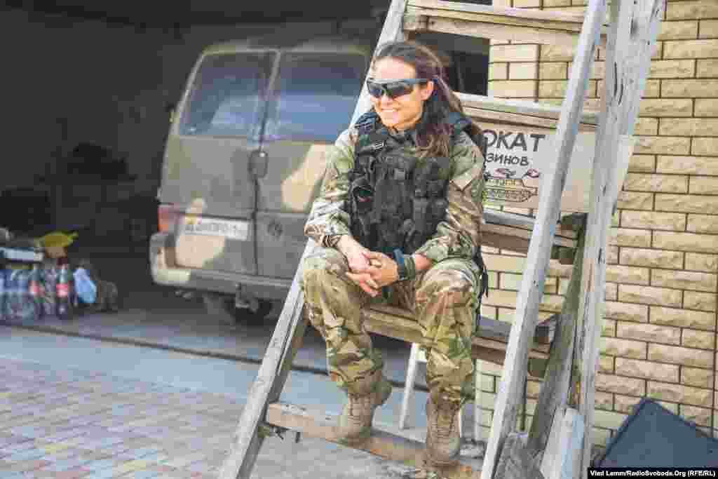 Боєць з позивним «Конор» чекає на своїх побратимів перед від'їздом на сусідній блокпост