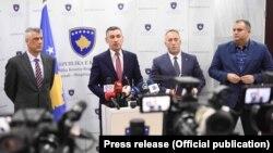 Nisur nga ana e majtë: Presidenti i Kosovës, Hashim Thaçi, kryetari i Kuvendit të Kosovës, Kadri Veseli, kryeministri, Ramush Haradinaj, dhe bashkëkryesuesi i Ekipit Negociator, Shpend Ahmeti.