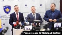 Predsednik Skupštine Kosova Kadri Veselji, odlazeći premijer Kosova Ramuš Haradinaj i gradonačelnik Prištine Špend Ahmeti na pres-konferenciji