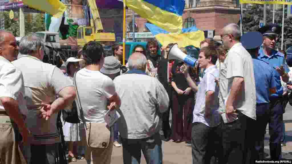 Кілька десятків харків'ян зібралися на площі Свободи