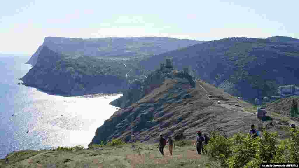 Впереди – Крепостная гора со средневековой крепостью Чембало на вершине