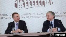 Главы МИД Армении и Латвии - Эдвард Налбандян (справа) и Эдгарс Ринкевичс (слева) на совместной пресс-конференции, Ереван, 15 ноября 2012 г.
