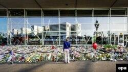 Цветы в память о погибших пассажирах в сбитом боевиками малайзийском авиалайнере, нидерландский аэропорт Schiphol