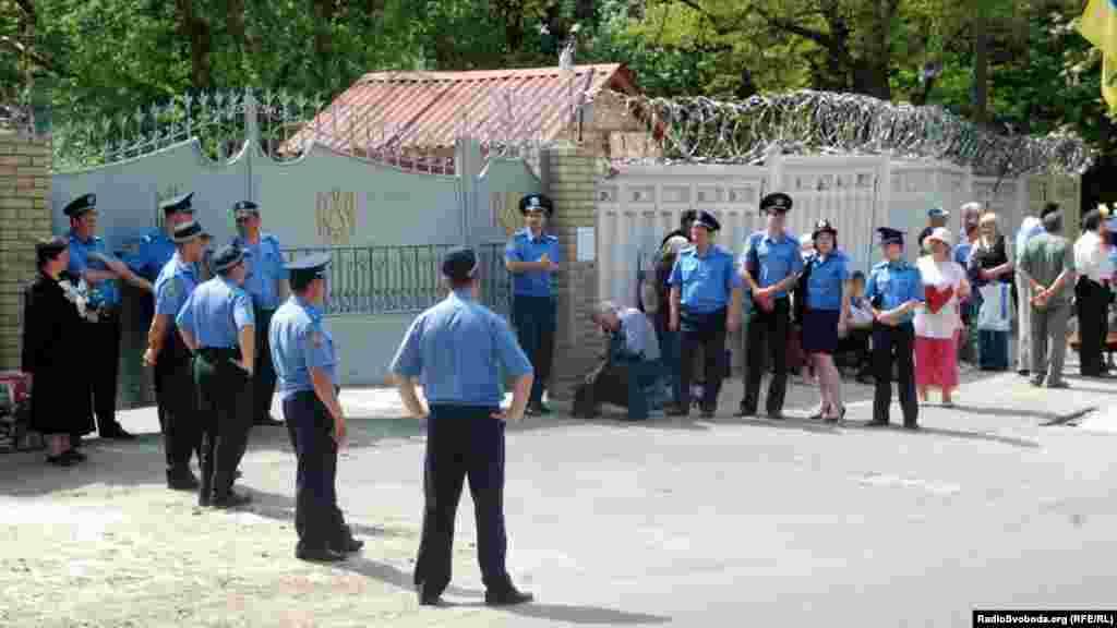 Міліція стоїть біля вхідних воріт в Качанівську колонію