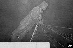 Повалення пам'ятника Йосипу Сталіну під час Угорської революції. Будапешт, 28 жовтня 1956 року
