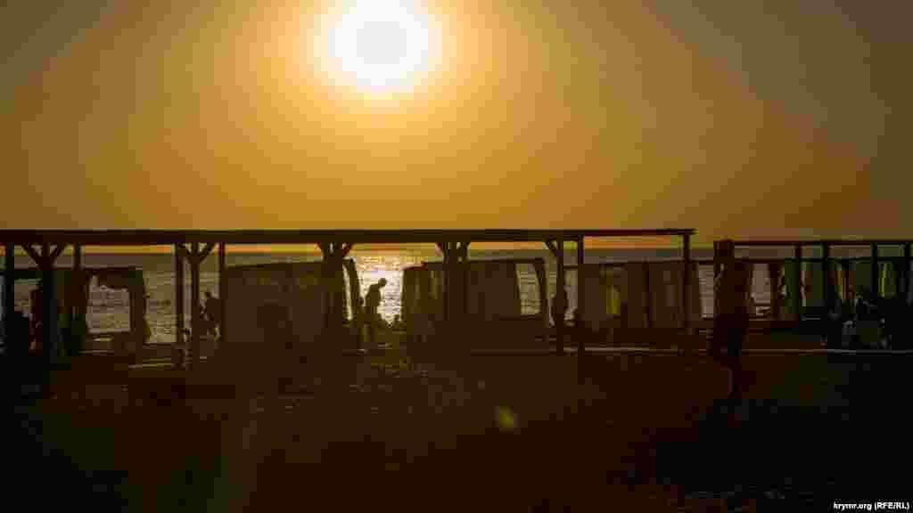 Новофедорівський пляж у фарбах заходу