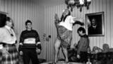 Leonyid Brezsnyev szovjet vezető lánya, Galina Breznyeva az asztal tetején táncol egy házibulilban a 90-es évek elején.
