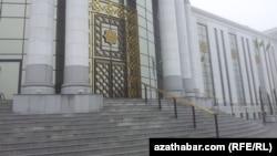 Türkmenistanda bir ýokary okuw jaýynyň girelgesi