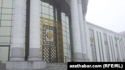 Ашхабаддагы гуманитардык илимдер университетинин имараты.
