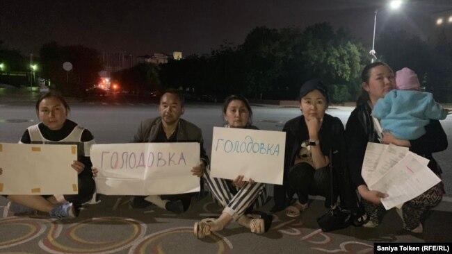 Ербол Есхожин (второй слева) протестует с активистами перед зданием департамента полиции. Нур-Султан, 24 августа 2019 года.