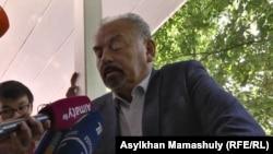 Актер Тунгышбай жаманкулов дает интервью после оглашения приговора. Алматы, 1 июня 2017 года.