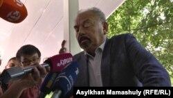 Cот залынан шыққан Тұңғышбай Жаманқұлов журналистерге сұхбат беріп отыр. Алматы, 1 маусым 2017 жыл.