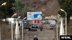 По словам старшего смены абхазских пограничников Лорика Киртадзе, в день через КПП вместе с представителями международных организаций и сотрудниками ИнгурГЭС проходит 300 – 350 человек