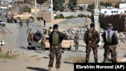 چند تن از نیروهای مخصوص ارتش افغانستان در نزدیکی محل انفجار