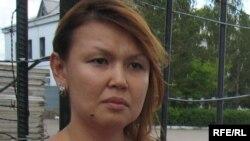 Супруга арестованного бывшего президента компании «Казатомпром» Джамиля Джакишева дает интервью перед входом в следственный изолятор КНБ. Астана, 4 июня 2009 года.