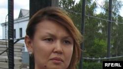«Казатомпром» компаниясының тұтқынға алынған бұрынғы басшысы Мұхтар Жәкішевтің зайыбы Жәмила Жәкішева ҰҚК-нің тергеу абақтысы алдында журналистерге сұхбат беріп тұр. Астана, 4 маусым 2009 ж.