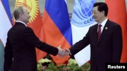 Володимир Путін (л) і Ху Цзіньтао (п) на зустрічі в Пекіні 6 червня 2012 року