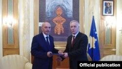 Jakup Krasniqi ia dorëzon detyrën Isa Mustafës