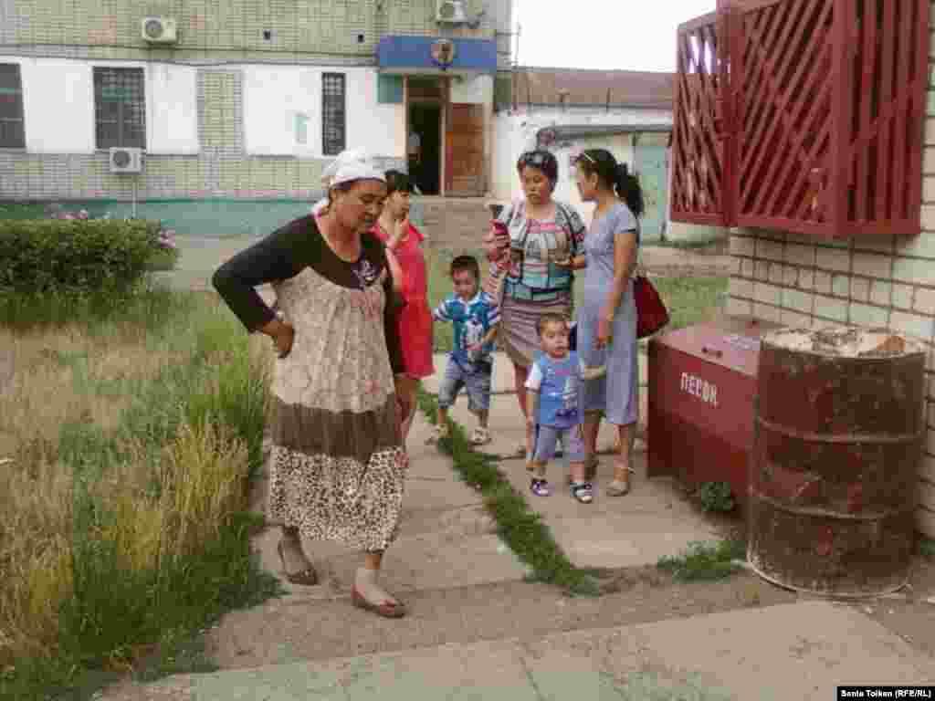 Родственники заключенных стоят во дворе тюрьмы. Уральск, 31 мая 2013 года.