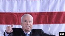 Штаб Обамы заявил, что Маккейн предпочитает очернять соперника вместо того, чтобы принять участие в дебатах по важнейшим проблемам
