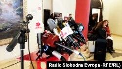 Македонски медиуми, микрофони поставени на прес конференција
