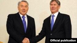 Президенты Казахстана Нурсултан Назарбаев и Кыргызстана - Алмазбек Атамбаев.