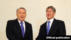 Нурсултан Назарбаев, президент Казахстана, и Алмазбек Атамбаев, президент Кыргызстана на саммите по евразийской интеграции. Москва, 20 марта 2012 года.