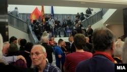 """Архива - Демонстранти од иницијативата """"За заедничка Македонија"""" во Собранието. 27.04.2017"""