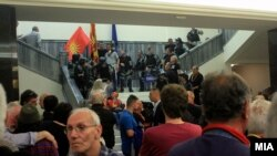 """Архива: Демонстранти од иницијативата """"За заедничка Македонија"""", откако влегоа во Собранието и предизвикаа насилство."""