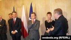 Министр иностранных дел Польши Радослав Сикорский (слева) на встрече с белорусскими оппозиционерами в Варшаве
