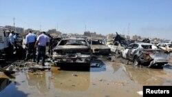 Қауіпсіздік күштері бомба жарылысы болған жерді тексеріп жүр. Бағдад, 13 қазан 2013 жыл.