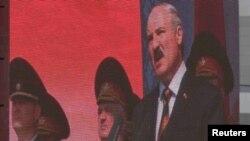 Аляксандар Лукашэнка выступае на вайсковым парадзе