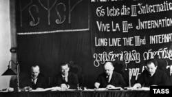 Москва. Кремль, 1919 рік. У президії Першого конгресу Комінтерну Володимир Ульянов (Ленін), другий з правого боку