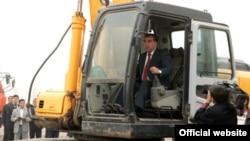 Президент Таджикистана Эмомали Рахмон на запуске строительства крупнейшей мечети в Таджикистане. 5 октября 2011 года.