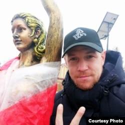 Віктар Фрыцлер і сьцяг на скульптуры, за які арыштавалі