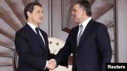 Turkey -- President Abdullah Gul (R) greets his French counterpart Nicolas Sarkozy in Ankara, 25Feb2011
