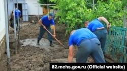 Спасатели ликвидируют последствия затопления придомовой территории в селе Первомайское Симферопольского района
