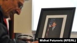 Građani se upisiju u knjigu žalosti povodom smrti Richarda Holbrooka, Ambasada SAD u BiH, 15. decembar 2010