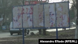 Кишиневтегі сайлау алды үгіт-насихат материалдарын ілуге арналған тақталардың бірі. Молдова, 30 қараша 2014 жыл.