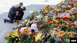 Петро Порошенко (п) разом із послом Нідерландів в Україні вшановує пам'ять жертв загиблих внаслідок катастрофи літака на Донеччині, 21 липня 2014 року