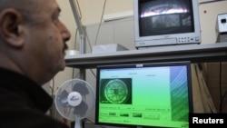 یکی از کارکنان آژانس بینالمللی انرژی اتمی در حال بررسی نرمافزارهای آژانس.