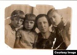 Паулина Вагнер с дочерьми Гильдой, Изольдой и Фридой