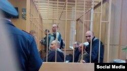 Справа в «клетке» – Ярослав Левенец
