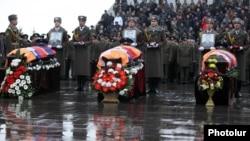 Похороны трех членов экипажа армянского военного вертолета, сбитого в Карабахе. Ереван, 25.11.2014.